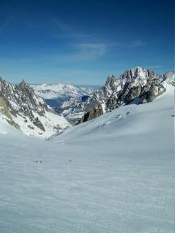 Verticaal schot van een sneeuwlandschap dat door bergen in mont blanc wordt omringd