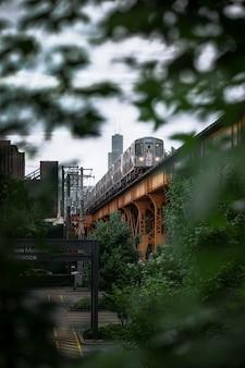 Verticaal schot van een trein op de brug