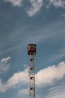 Verticaal schot van een uitkijktoren en een blauwe hemel