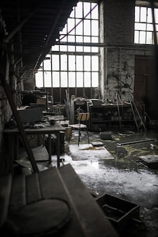 Verticaal schot van een verlaten rommelig pakhuis