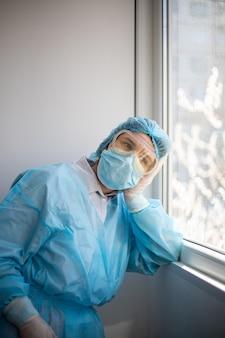 Verticaal schot van een wijfje dat een medisch personeelsbeschermingsmiddel draagt