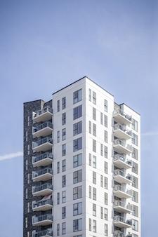 Verticaal schot van een wit gebouw onder de duidelijke hemel