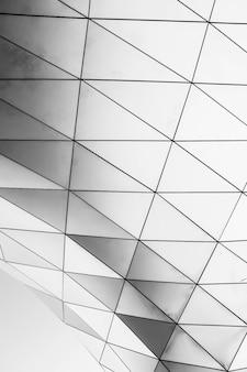 Verticaal schot van een witte geometrische structuur op een witte achtergrond