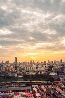 Verticaal schot van gebouwen onder een bewolkte hemel