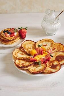 Verticaal schot van heerlijke pannenkoeken met fruit