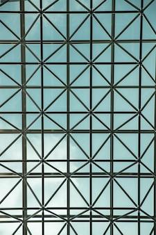 Verticaal schot van het glazen plafond van een modern gebouw in seoel, zuid-korea