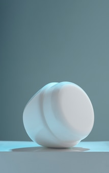 Verticaal schot van het leggen van de container van de lotionroom op wit platform met exemplaarruimte