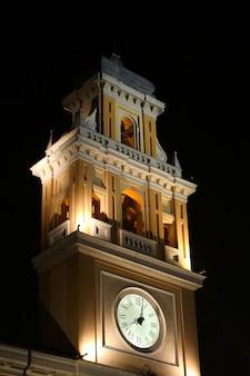 Verticaal schot van het paleis van de gouverneur in parma, italië 's nachts