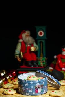 Verticaal schot van kerstversiering en koekjes