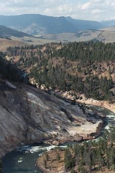 Verticaal schot van landschap in yellowstone national park, wyoming, vs.