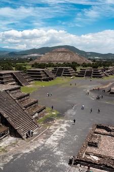 Verticaal schot van mensen die door teotihuacan-piramides in mexico toeren