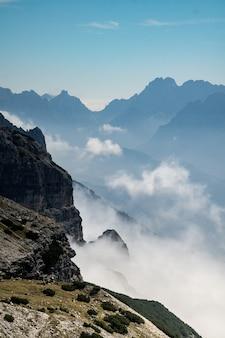 Verticaal schot van mistige bergen