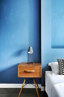 Verticaal schot van modern slaapkamerbinnenland in blauwe tinten