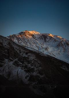 Verticaal schot van prachtige rotsachtige heuvels in spiti