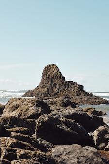 Verticaal schot van rotsen aan de kustlijn van de pacific northwest in cannon beach, oregon