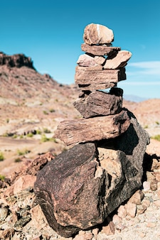 Verticaal schot van rotsen die in de woestijn van arizona in evenwicht brengen