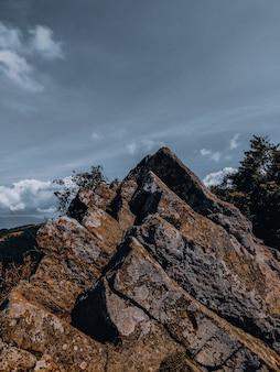 Verticaal schot van rotsen op een zonnige dag