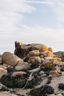 Verticaal schot van rotsformaties op een berg onder het zonlicht