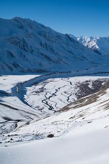 Verticaal schot van spiti valley, kaza in de winter