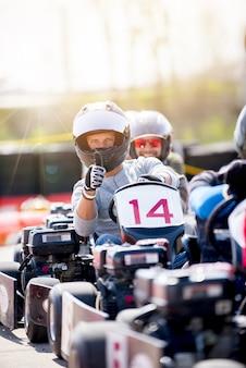 Verticaal schot van twee mannen die motorfietsen berijden