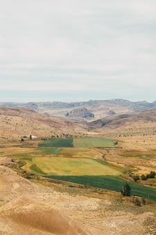 Verticaal schot van velden zichtbaar vanaf een heuvel