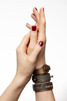 Verticaal schot van vrouwelijke handen die armbanden dragen