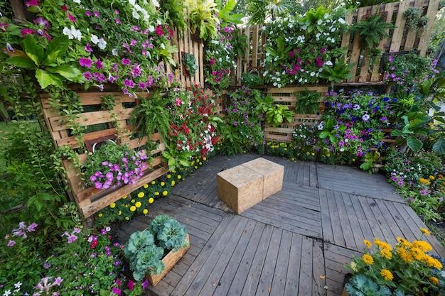 Verticaal tuinieren in harmonie met de natuur in het park.