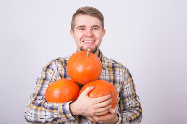Verticaal, van, een, jonge boer, vasthouden, een, pompoenen, op wit, background