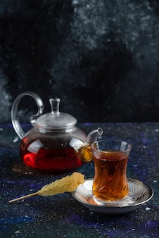 Verticaal van theepot en glas thee