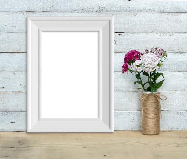 Verticale a4 vintage witte houten frame in de buurt van een boeket 3d-rendering