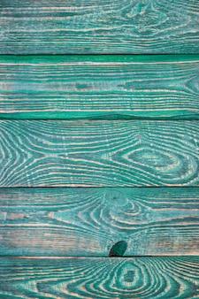 Verticale achtergrond van geweven raad geschilderd met groene verf.