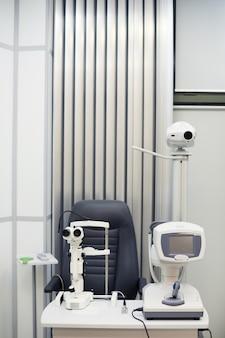 Verticale achtergrondafbeelding van moderne optometrische apparatuur in oogheelkunde kliniek