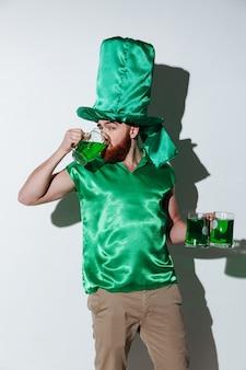 Verticale afbeelding van bebaarde man in groen kostuum