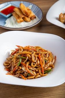 Verticale afbeelding van de tafel van het restaurant. yaki udon bord
