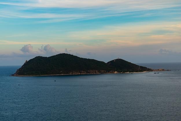 Verticale afbeelding van een prachtig eiland onder een bewolkte hemel in phu yen, vietnam