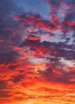Verticale avondrood met kleurrijk zonlicht na zonsondergang in de avond, schemeringhemel.