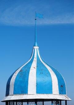 Verticale blauwe en witte koepel met torenspits object achtergrond hd