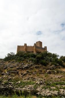 Verticale brede opname van een kasteel op een heuvel in het noorden van portugal
