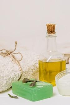 Verticale close-up geschotene olijfolie met zeepstaaf