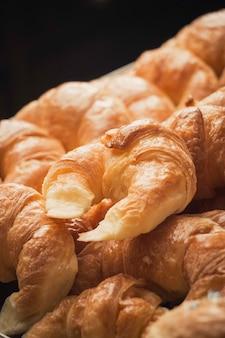 Verticale close-up shot van heerlijke vers gebakken desserts