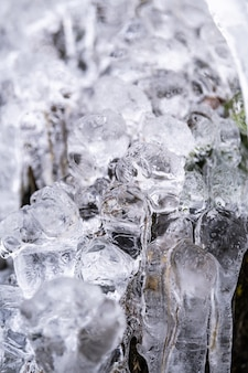 Verticale close-up shot van mooie ijspegels op een boom