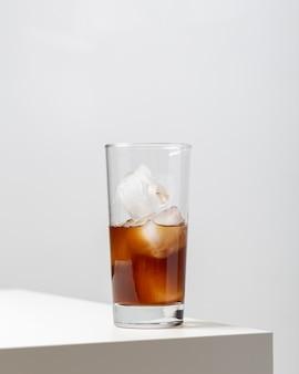 Verticale close-up van een glas ijsthee op tafel