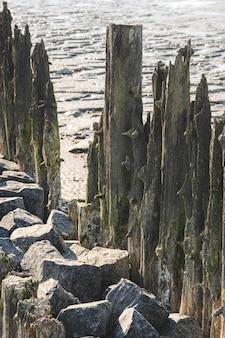 Verticale close-up van een houten bezuinigingen
