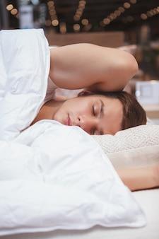 Verticale close up van een jonge man slapen in zijn bed