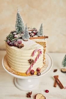 Verticale close-up van een kersttaart die een plak mist