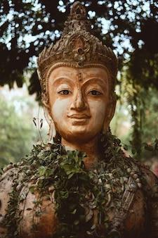 Verticale close-up van het standbeeld van de beschermer in de boeddhistische pha lat-tempel in chiang mai, thailand