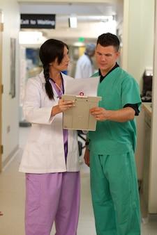 Verticale foto van artsen die met elkaar in een ziekenhuis overleggen