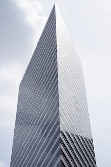 Verticale foto van de bovenkant van een moderne wolkenkrabber