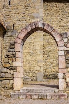 Verticale foto van een stenen boog in een middeleeuwse kerk. villefranche de conflent, frankrijk