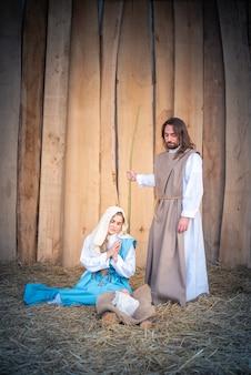 Verticale foto van een traditionele kerststal in een wieg